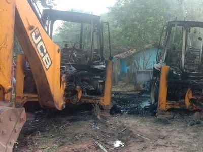 Naxals set ablaze 6 vehicles in Sukma district